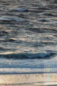 Nordseebrandung vor Sylt im Abendlicht, formatfüllend