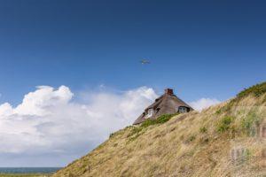 Reetdachhaus mit Blick über die Nordsee steht hoch auf einer Düne in der Hörnumer Kersig Siedlung. Hier stehen einige der teuersten Immobilien der Insel
