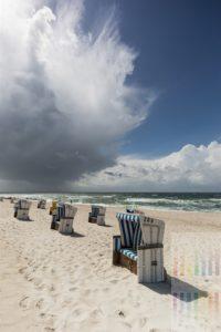 Bizarre Wolkenformation über dem Strand von Hörnum/Sylt kündigt einen Regenschauer an und schiebt sich vor die Sonne