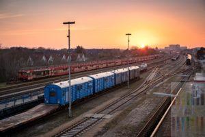 Blick über das Bahnbetriebsgelände in Westerland/Sylt auf die Skyline der Inselhauptstadt. Abendstimmung