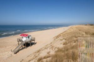 Sonniger Frühlingstag im April am fast menschenleeren Strand von Rantum/Sylt. Ein einziger Strandkorb steht bereits am Strand, die Hütte der Badeaufsicht steht auch schon auf dem hölzerlnen Podest