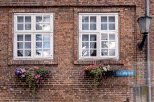 Detail der historischen Fassade des ehemaligen Hospitals zum Heiligen Geist in Zentrum von Rendsburg. Heute ist hier eine betreute Wohnanlage für Senioren