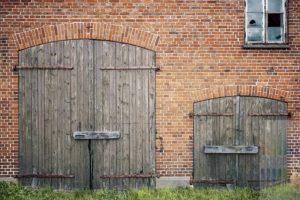 Detail einer alten Backstein Scheune im Kreis Schleswig Flensburg, die seit Jahren zum Verkauf steht und mehr und mehr verfällt